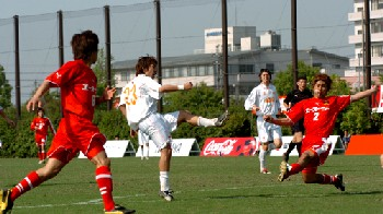 21 May 06 - Zweigen Kanazawa on the defensive against Nagano Elsa