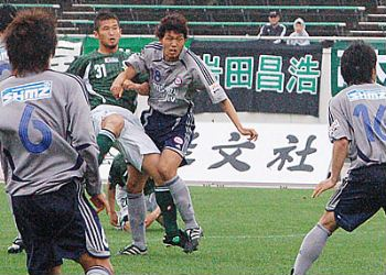 22 Apr 07 - FC Gifu go for goal against RKU