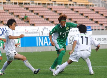 22 Jun 07 - Yamaga in green put Valiente under pressure