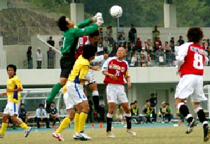 22 Oct 06 - Mitsubishi Mizushima in red on the attack against Yokogawa Musashino