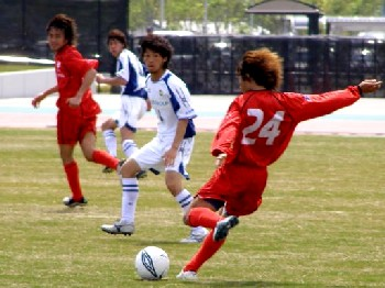 23 Apr 06 - Shinya Shirakawa on the attack for Honda Lock against JEF Club