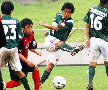 23 Jul 06 - Ex-Tokushima Vortis defender Takayuki Komine gives it some welly for Gifu