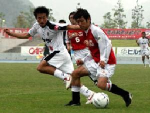 23 Jul 06 - A midfield tussle between Mitsubishi Mizushima and Rosso Kumamoto