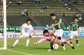 24 Jun 07 - Gainare Tottori on the defensive against FC Gifu