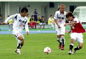 24 Jun 07 - Mitsubishi Mizushima go for goal against Rosso Kumamoto