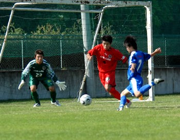 24 Sep 06 - A rare picture of FC Kawasaki going for goal against Morishin's
