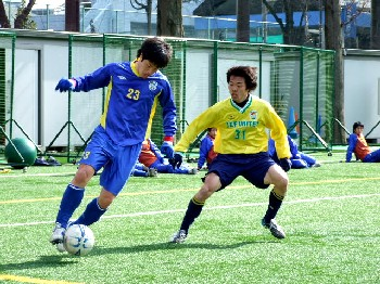 25 Feb 07 - Easy does it. Yokogawa's Satoshi Asakawa in possession against JEF