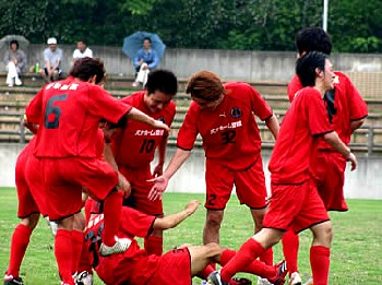 25 Jun 06 - Morishin's celebrate their win over Honda by kicking the goalscorer on the floor