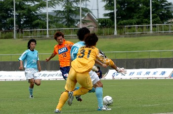 25 Jun 06 - The Niigata University of Management defence leap into action against Nagano Elsa