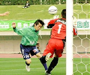 26 Apr 06 - Tetsuya Hori puts SC Tottori one up against Tochigi SC