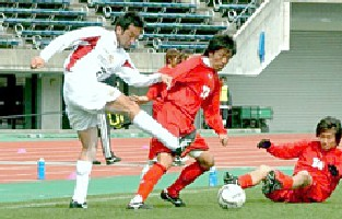 27 Feb 06 - FC Ryukyu (white) on their way to victory over arch-rivals Rosso Kumamoto
