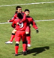 27 Mar 06 - Junya Nitta receives the congratulations of his Honda FC team-mates