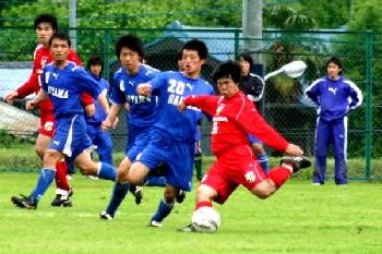 28 May 06 - Saitama SC defend against a very short Luminozo Sayama player