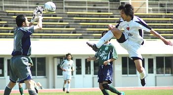 29 Apr 07 - FC Central Chugoku on the attack against Hiroshima Fujita SC