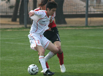 29 Jan 06 - Honda Lock in white, on the way to defeat vs Consadole Sapporo