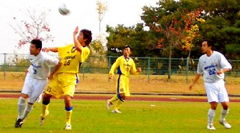 29 Oct 06 - Furukawa Battery in yellow fight their way past Cambiare