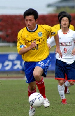 30 Apr 06 - Tochigi's Takashi Nakagawa in action against Sagawa Printing