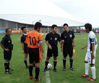 30 Jun 07 - Renofa Yamaguchi and Fagiano Okayama prepare to kick off