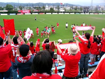 30 Jun 07 - On the championship trail, Zweigen Kanazawa and fans