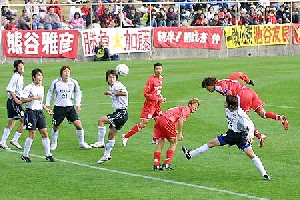 27 Nov 05 - Shin Asashina heads home for Rosso against Grulla Morioka