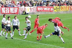 27 Nov 05 - Shin Asashina heads home for Rosso against Grulla Morioka
