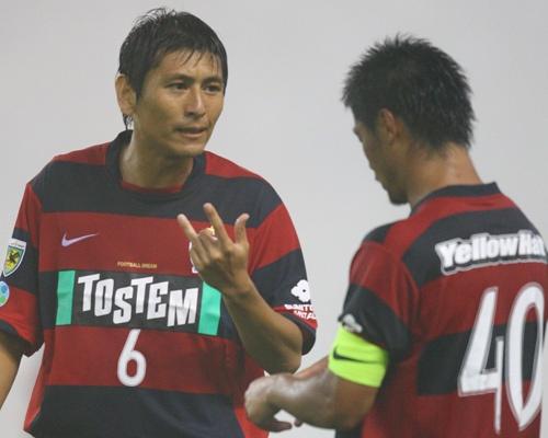復帰した中田浩(左)と小笠原