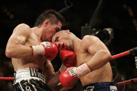 7月26日、WBAウエルター級タイトルマッチで王者コット(右)が挑戦者マルガリート(左)にTKO負け
