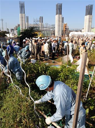 北巣本保育園の畑を撤去する作業員