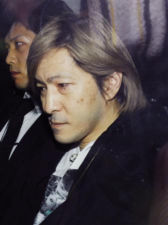 取り調べのために大阪地検に向かう小室哲哉容疑者