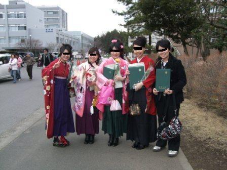 袴を着た友人たちと。