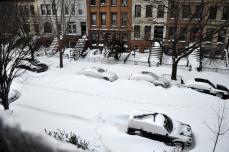 雪に埋まった車道