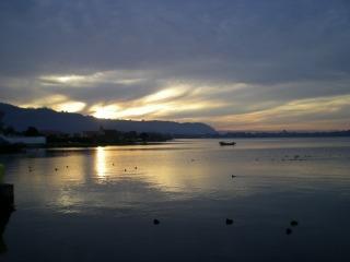 夕暮れのロトルア湖
