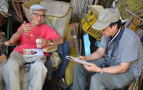 井沢武さんの話を熱心に聴く高松からきた織野さん
