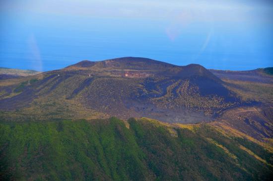 右のたかまりが三原新山 左中央が山頂火口