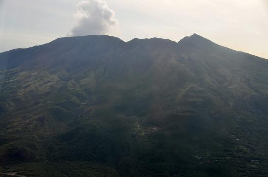 三宅島 雄山(775m) 白煙は水蒸気と二酸化硫黄