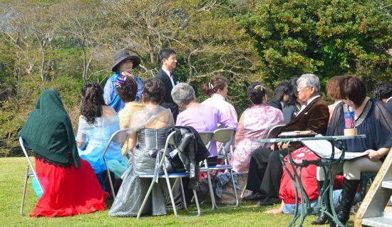 出番を待つ大島町民合唱団「はまゆう」(指導 大久保省三)のみなさん