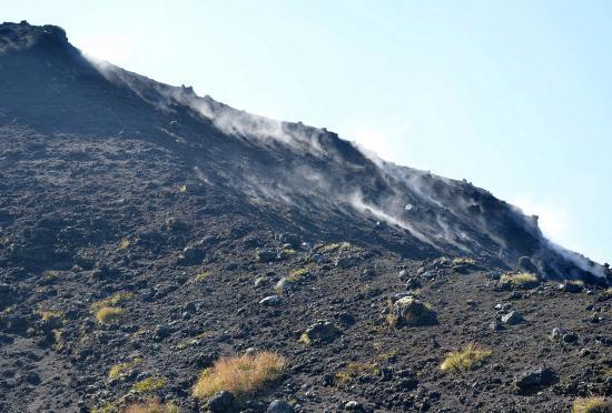 B3火口上部から噴出している水蒸気