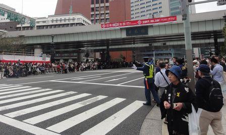 日本橋は人の波