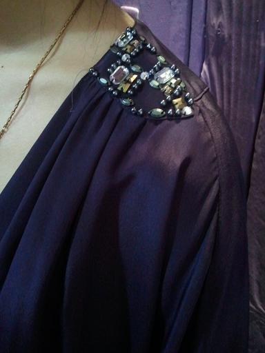 紫ドレス肩