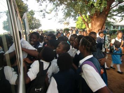 バスに乗る生徒
