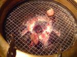 網の上で焼けていく肉
