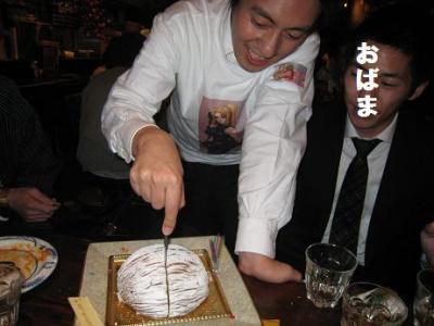 サラTシャツを着て、ケーキを切る面白山さん