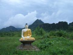 道端に座る仏像