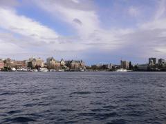 船からビクトリアの街を眺める