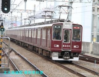 阪急電車の写真が傾いているが電話中だったから 8