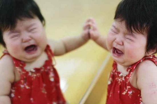 泣き顔 鏡越し