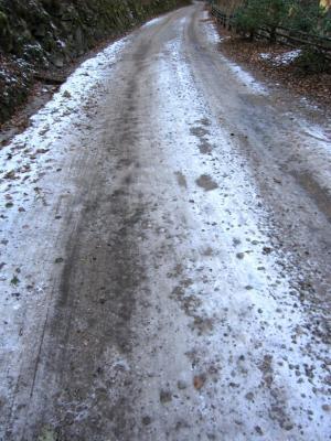 凍った道をひたすら歩く