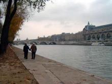 セーヌ川を散歩する老夫婦