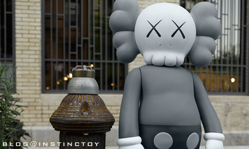 blog-top-kaws4feet-gray.jpg