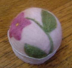 羊毛フェルトピンクッション (コーヒーの蓋)ピンクの花